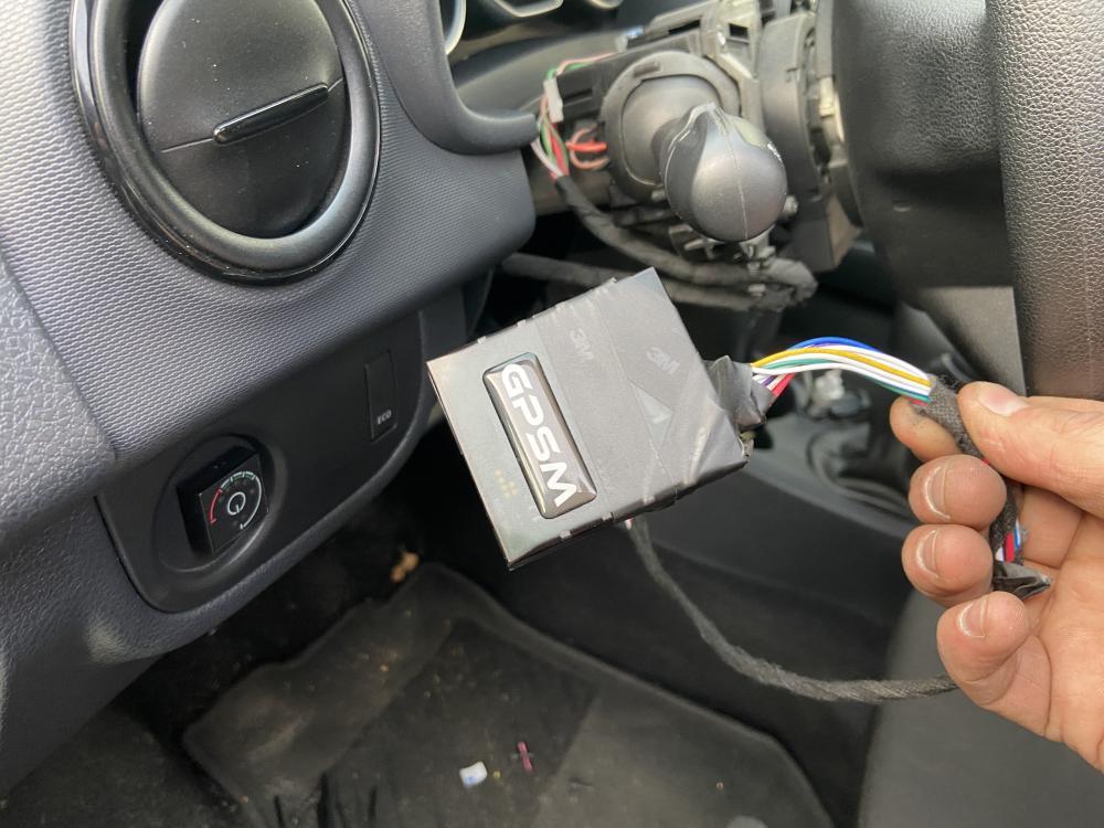 Установка GPS маячка и системы дистанционного глушения двигателя на авто Dacia изображение 2